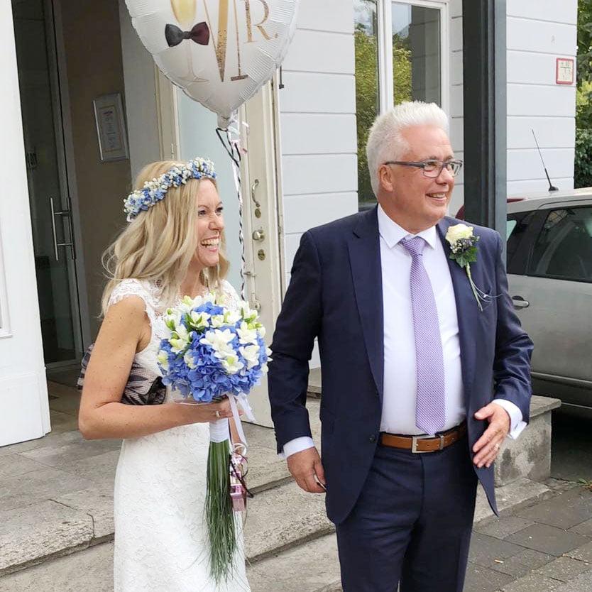 Hochzeitspaar bei der freien Trauung