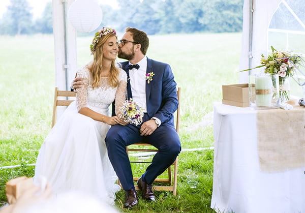 Glückliches Hochzeitspaar auf einer freien Trauung